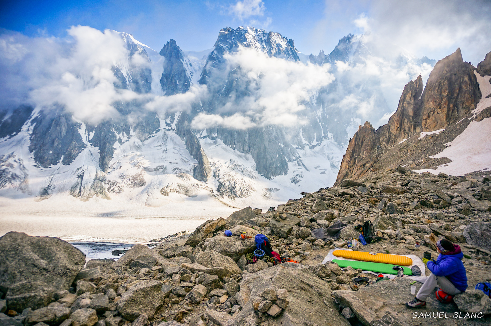 Camp de base au bassin d'Argentière<br><span id='secondary-title' style='font-size:28px;line-height:34px;color:#fff!important;font-weight:300;display:block;padding-top:34px;'>Une formation complète à l'alpinisme sur la rive ensoleillée du glacier d'Argentière, sous le regard des faces Nord mythiques du bassin.</span>