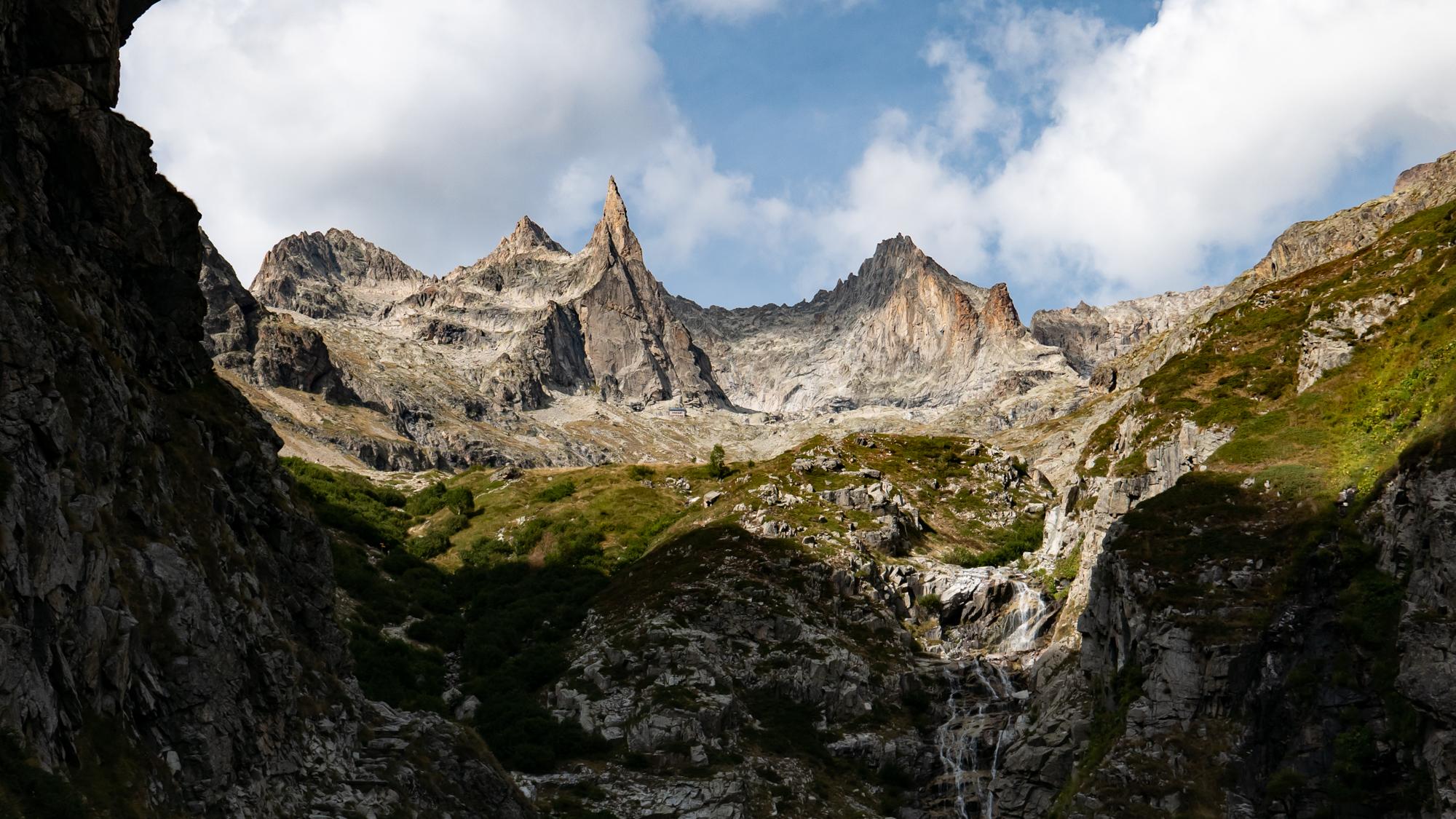 Camp de base au Soreiller<br><span id='secondary-title' style='font-size:28px;line-height:34px;color:#fff!important;font-weight:300;display:block;padding-top:34px;'>Pour une entrée en douceur vers l'alpinisme rocheux</span>